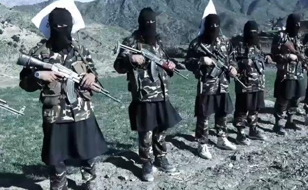 写真・図版 : 銃を構えるイスラム武装勢力「パキスタン・タリバーン運動(TTP)」の戦闘員=2021年4月、TTP広報機関の映像から