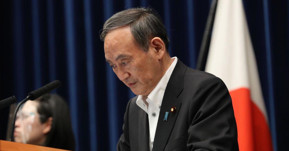 写真・図版 : 緊急事態宣言の延長などについての記者会見で頭を下げる菅義偉首相=2021年5月7日、首相官邸、代表撮影
