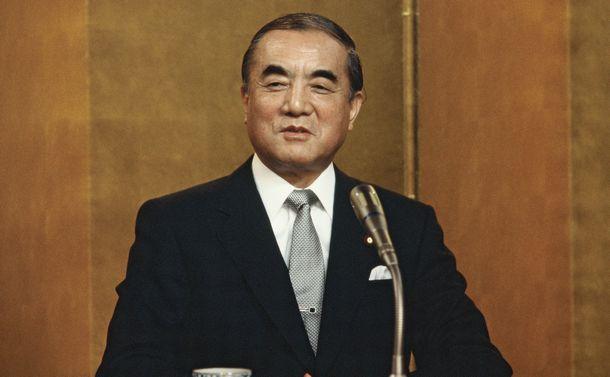 写真・図版 : 記者会見をする中曽根康弘首相 =1986年12月30日、首相官邸
