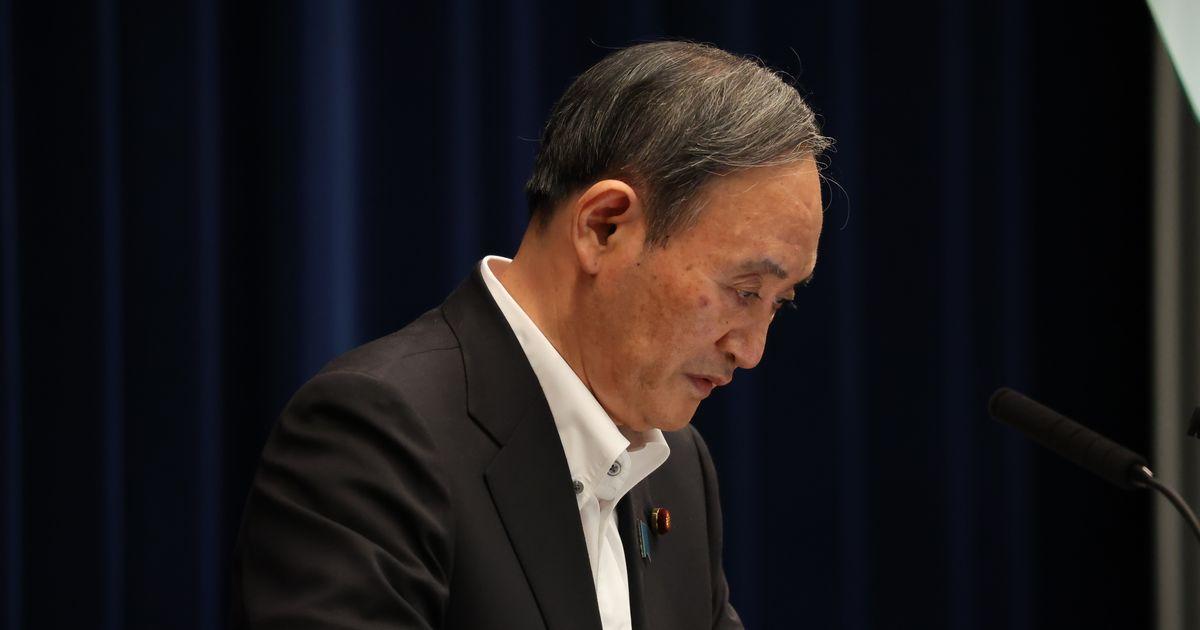 写真・図版 : 緊急事態宣言の延長などについての記者会見で頭を下げる菅義偉首相=2021年5月7日、首相官邸