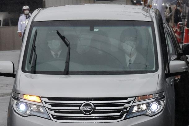 写真・図版 : 送検のため田辺警察署を出る須藤早貴容疑者=2021年4月29日、和歌山県田辺市