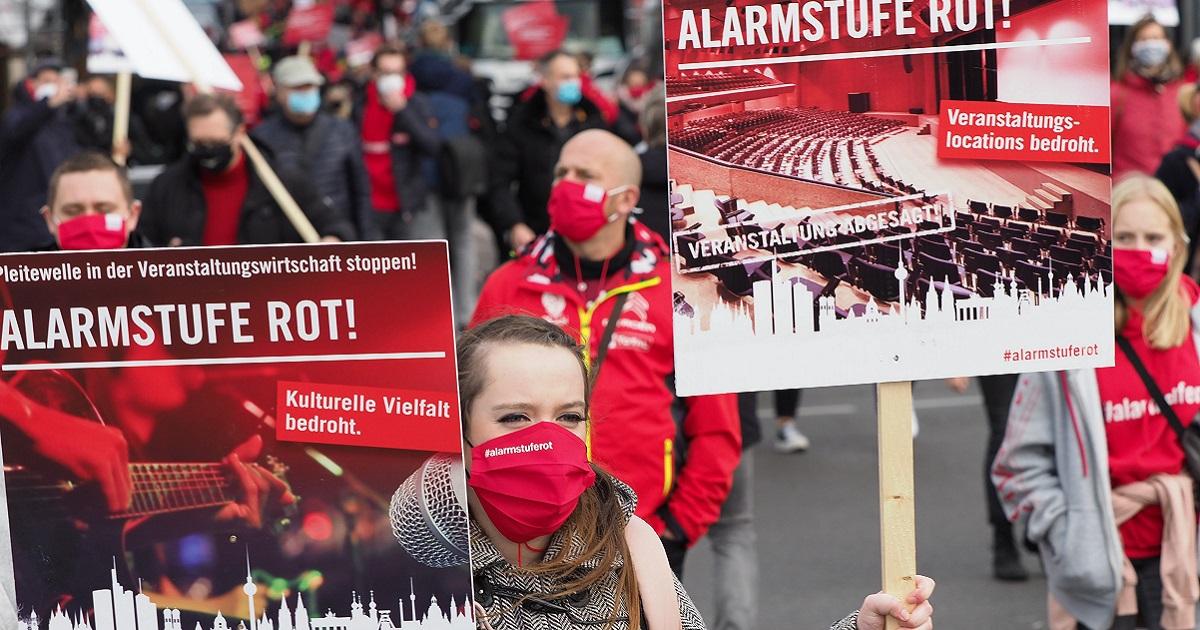 写真・図版 : 新型コロナウイルス対策で催し物の中止が続き「文化の多様性が脅かされている」などとして、支援を訴えるデモをするイベント業界の関2020年10月28日、ベルリン、野島淳撮影