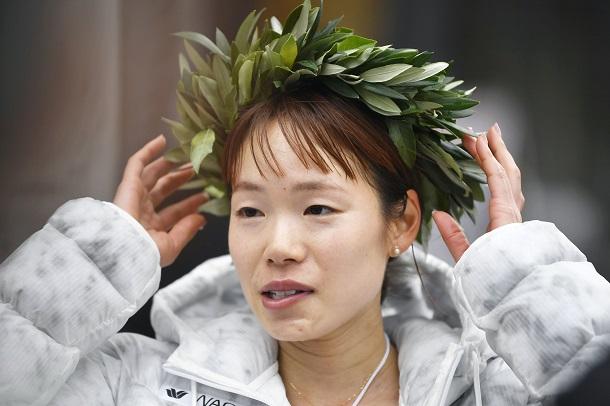 写真・図版 : 女子ハーフマラソンで優勝し、インタビューに答える一山麻緒=2021年5月5日  、札幌市