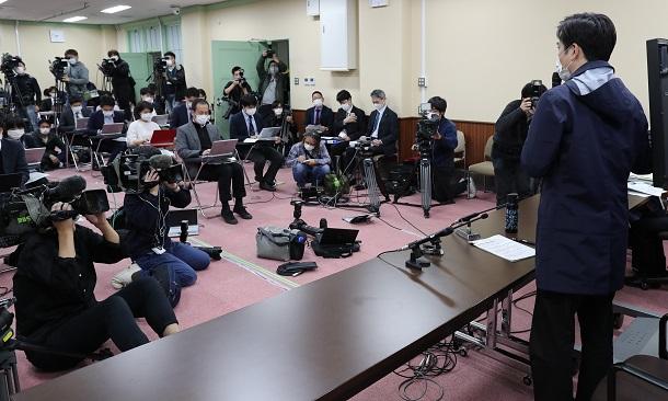 写真・図版 : 吉村洋文・大阪府知事がメディアに登場する頻度は小池百合子都知事と並んで傑出している