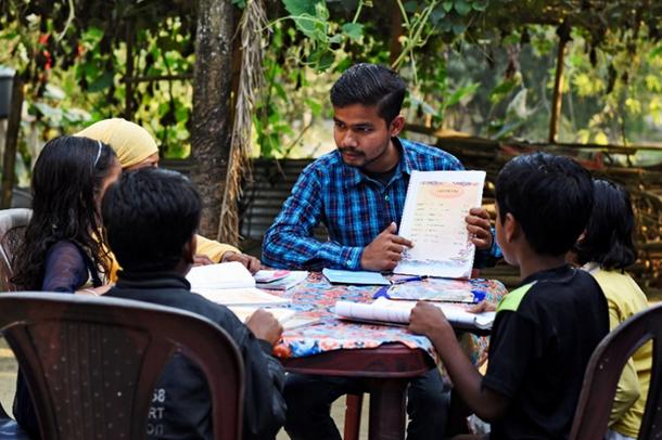写真・図版 : 子どもたちへの授業風景。平等研究財団提供