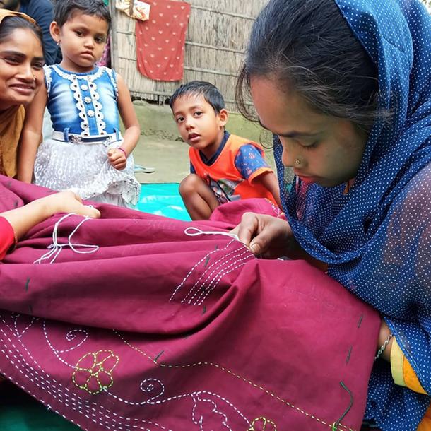 写真・図版 : コロナ禍の影響で学費が払えなくなってしまった19歳の少女。プロジェクトからの支援で進学でき、今では刺繍をしながら自分で学費を稼いでいる。平等研究財団提供