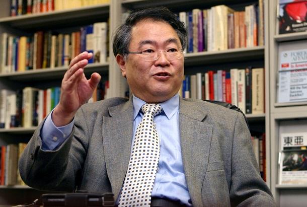 写真・図版 : 高橋洋一氏はその後、「世界の中で日本の状況を客観的に分析するのがモットーなので、それに支障が出るような価値観を含む用語は使わないようにします」と釈明の投稿をした