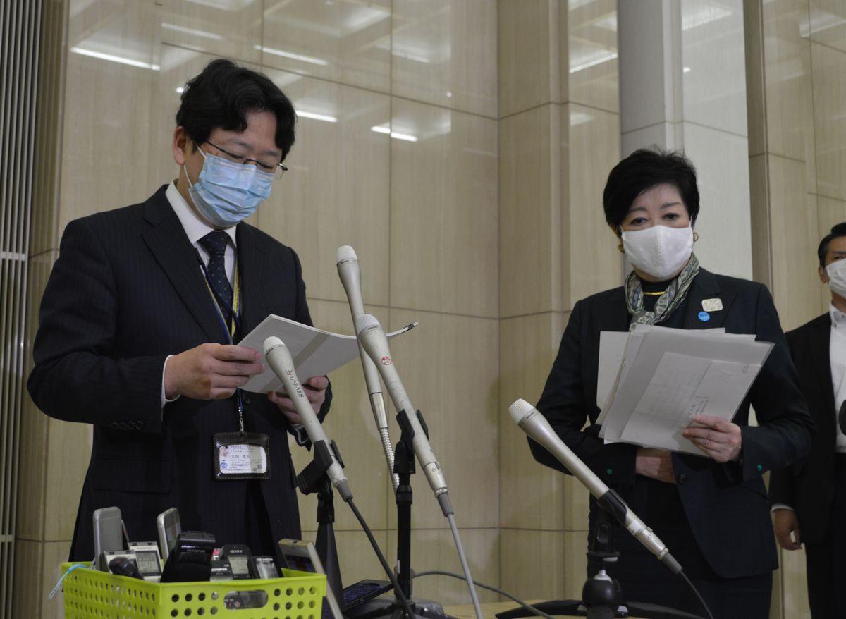 写真・図版 : 東京都のモニタリング会議の後、取材に答える国立国際医療研究センターの大曲貴夫医師=2020年10月29日