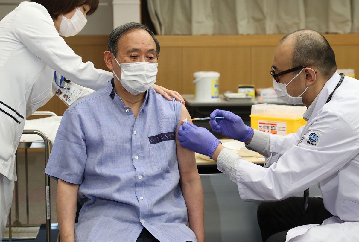 写真・図版 : 新型コロナウイルスワクチンを接種する菅義偉首相=2021年4月16日午前11時26分、東京都新宿区の国立国際医療研究センター