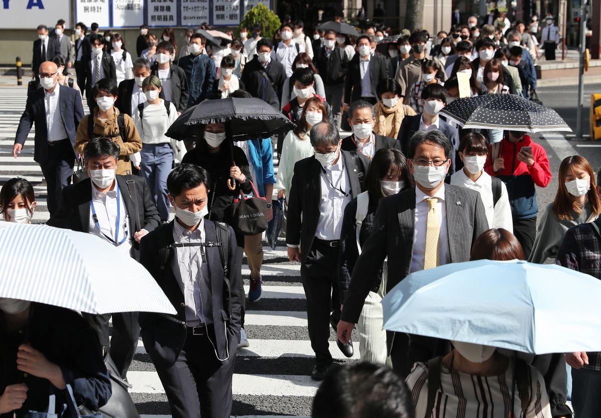 写真・図版 : 朝の通勤時間帯、名古屋駅周辺はマスク姿の人たちが行き交った=2021年5月10日午前8時21分、名古屋市中村区