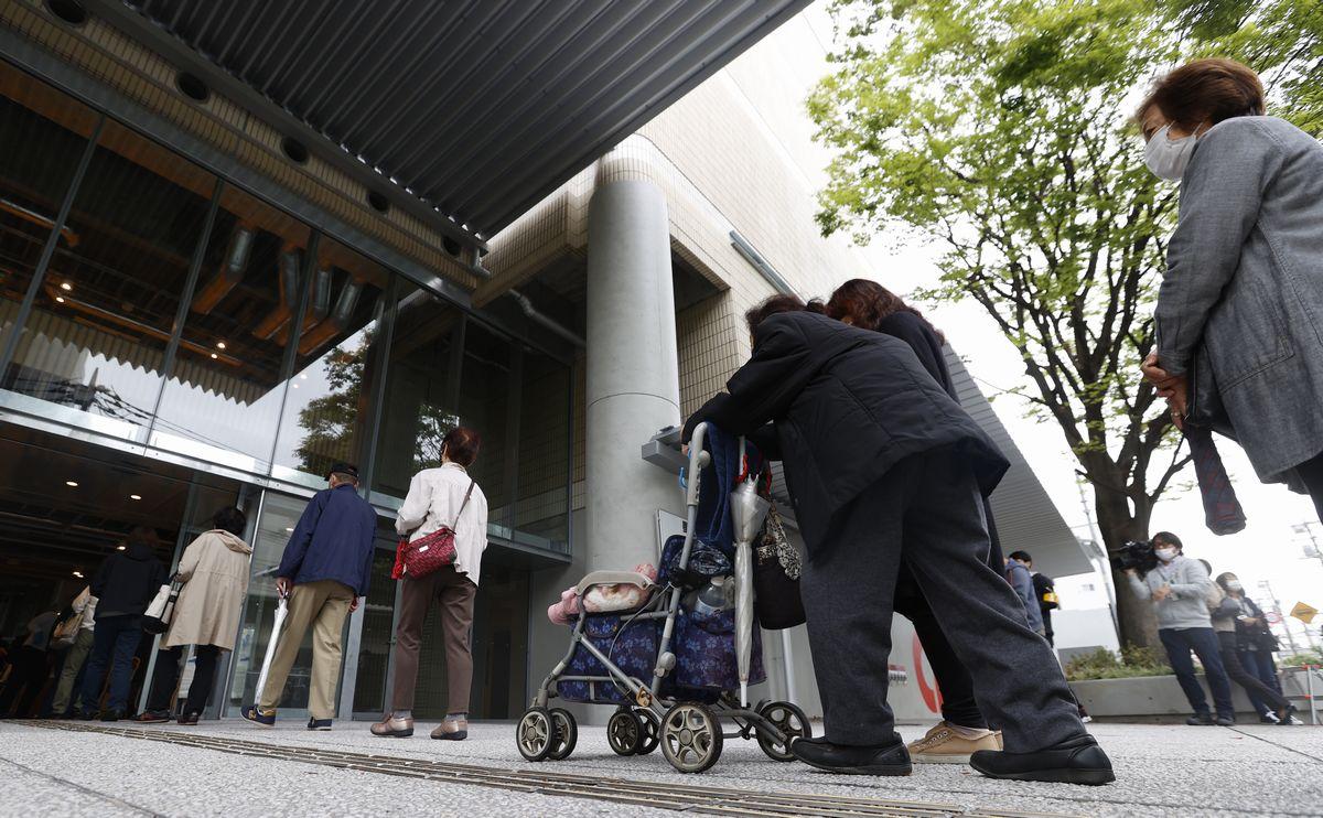 写真・図版 : 高齢者への新型コロナワクチンの個別接種が行われた会場では、多くの人が外で並んでいた=2021年5月13日、東京都墨田区