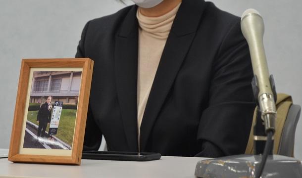 写真・図版 : 国などに損害賠償を求める訴訟を起こして1年、赤木俊夫さんの写真とともに記者会見に臨む妻の雅子さん=2021年3月18日、大阪市北区