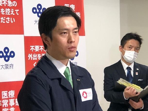 写真・図版 : ぶらさがり会見に応じる吉村大阪知事=撮影・筆者