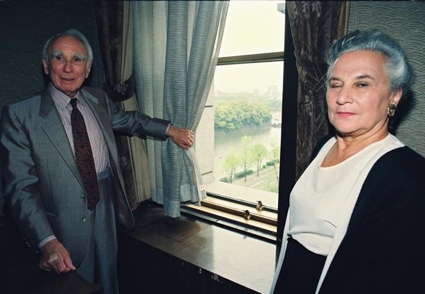 1993年、旧GHQ本部を訪れたチャールズ・ケーディス氏(左)とベアテ・ゴードン氏。憲法草案起草で重要な役割を果たした二人