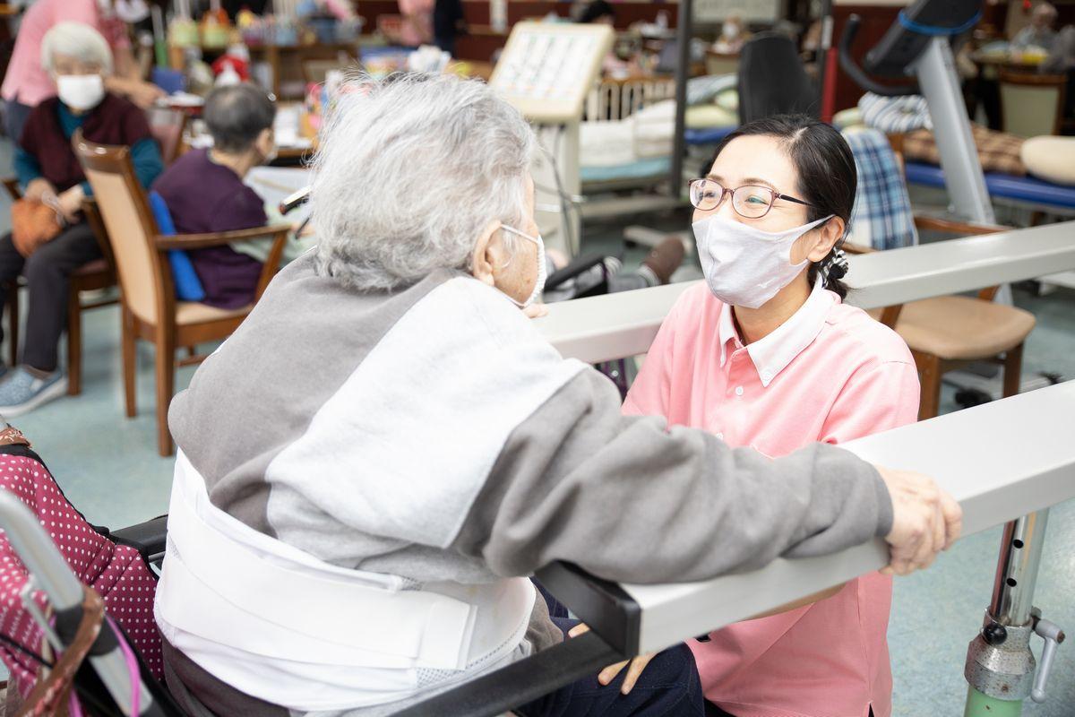 写真・図版 : 感染対策に細心の注意を払いながら利用者対応をする職員(提供写真)