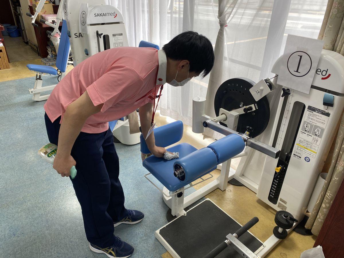 写真・図版 : 職員による施設内の定期的な消毒作業は今、ルーティンになっている(提供写真)