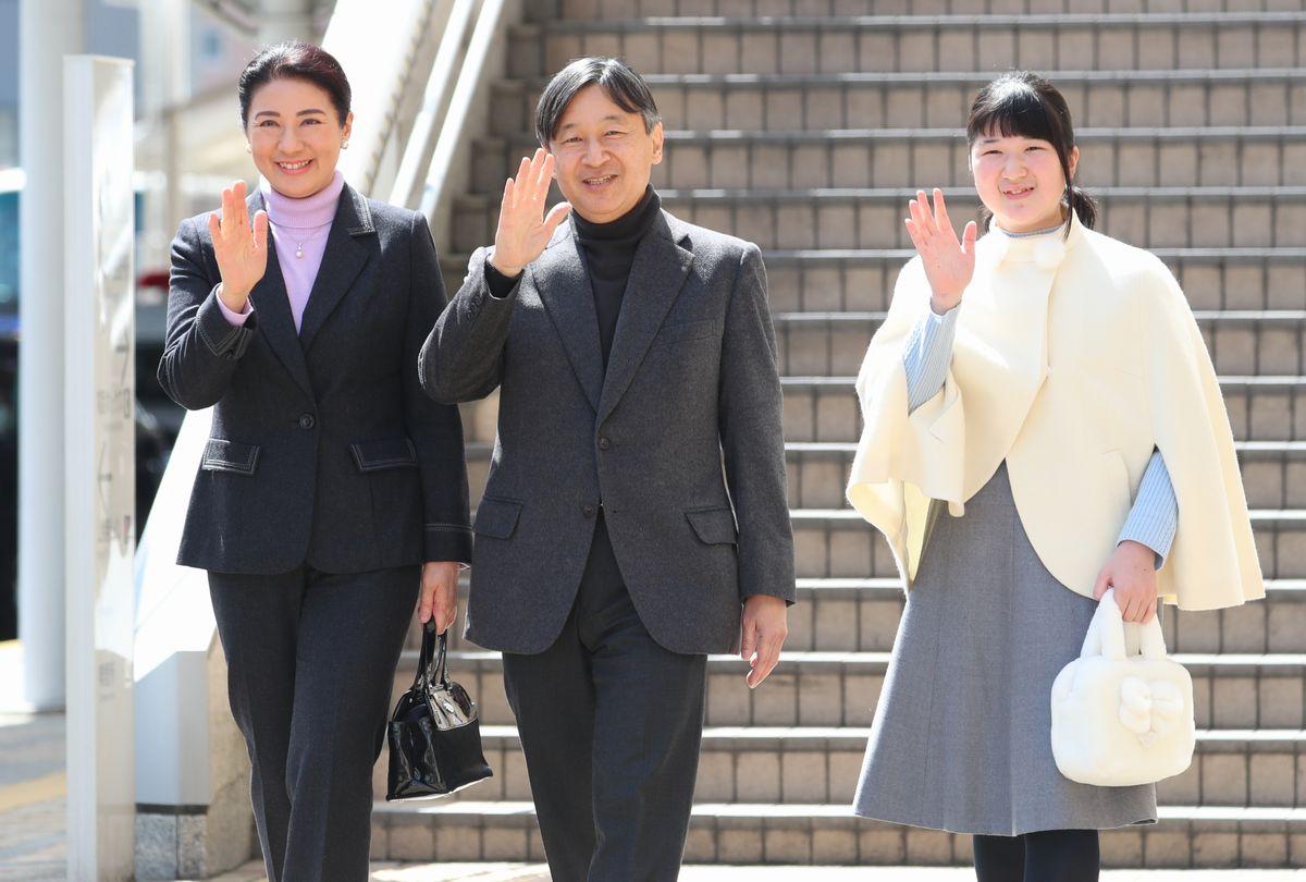 写真・図版 : JR長野駅に到着した皇太子ご夫妻と愛子さま=2019年3月25日、長野市