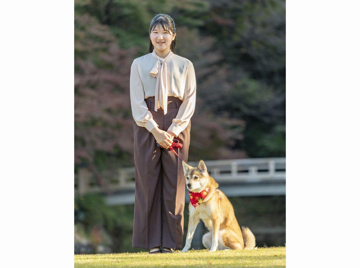 写真・図版 : 愛犬「由莉(ゆり)」と共に散歩する愛子さま=2020年11月22日、赤坂御用地、宮内庁提供