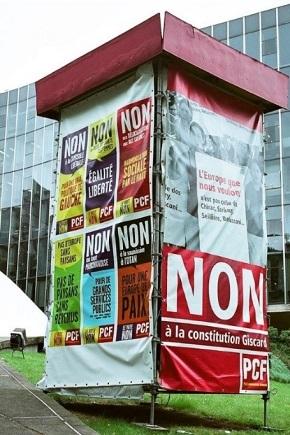 EU憲法条約批准をめぐるフランスの国民投票時の賛否両派のポスター(左と右)