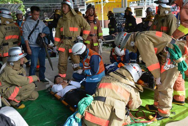 東京消防庁が実施した大規模テロ対策訓練で、トリアージエリアでけが人の状況確認をする消防職員ら=2018年10月27日、東京都品川区