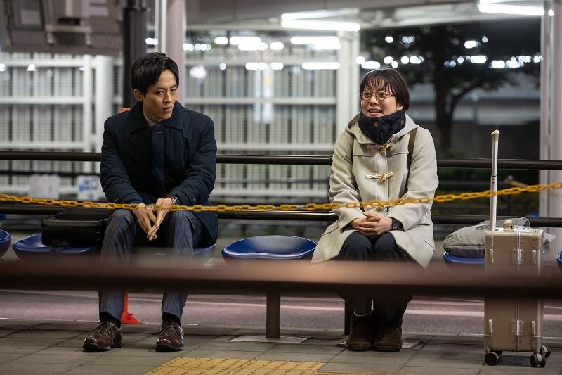 写真・図版 : 帝都大学の研究室を去り夜行バスを待つ木嶋みのりと神崎真=NHK提供