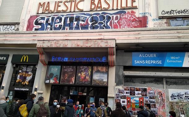 パリ11区の映画館マジェスティック・バスティーユ。映画館閉鎖から1年の3月14日には、パリ独立系映画館団体CPI(Cinémas Indépendants Parisiens)による「映画館を開けて!」集会が開かれ盛り上がった=撮影・筆者