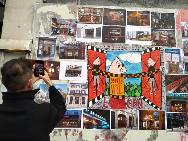 映画館横の壁面には、映画館再開を願って、パリの独立系映画館のファサードの写真を掲示した