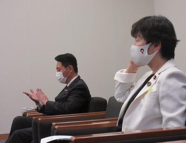 写真・図版 : 前原誠司さん(左)と舟山康江さん=2021年5月18日、衆議院第一議員会館