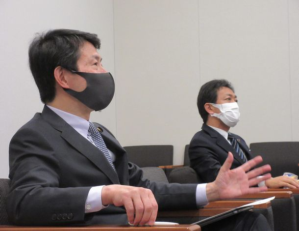 写真・図版 : 大塚耕平さん(左)と玉木雄一郎さん=2021年5月18日、衆議院第一議員会館