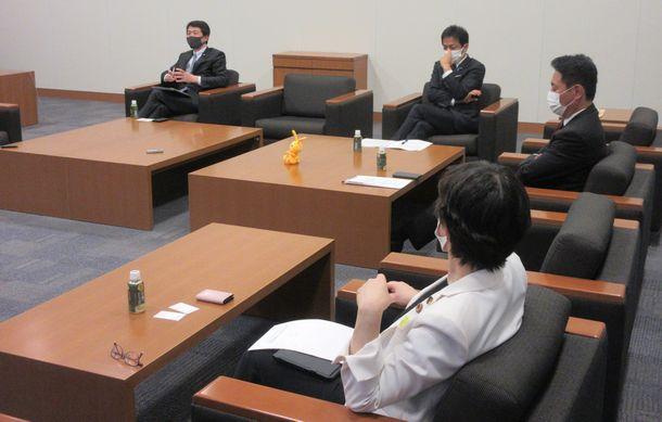 写真・図版 : 座談会をする(左から)大塚耕平さん、玉木雄一郎さん、前原誠司さん、舟山康江さん=2021年5月18日、衆議院第一議員会館