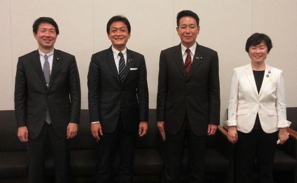 写真・図版 : 座談会を終えて。左から大塚耕平さん、玉木雄一郎さん、前原誠司さん、舟山康江さん=2021年5月18日、衆議院第一議員会館