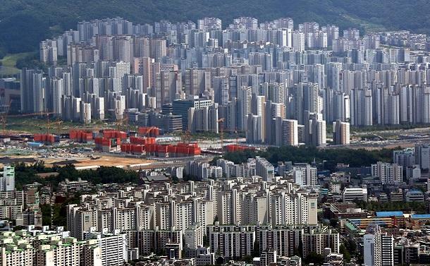 写真・図版 : ソウルのマンション群。中央左は建設中のマンション=2020年6月、東亜日報提供