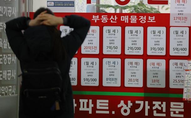 写真・図版 : ソウル市内の不動産仲介業者で=2021年1月、東亜日報提供