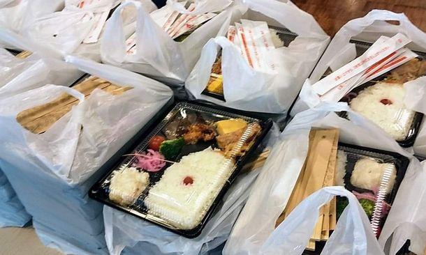 写真・図版 : 今年の「ゴールデンウィーク大人食堂」で提供された弁当などの食料=東京都千代田区、つくろい東京ファンド提供