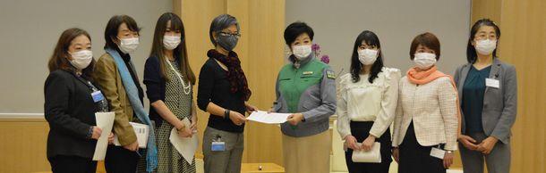 写真・図版 : 困窮する女性に公的支援をつなぐよう小池百合子東京都知事に要望した「女性による女性のための相談会」実行委員会のメンバー。左から3人目が雨宮処凛さん=2021年3月2日、東京都庁