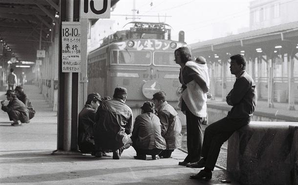 写真・図版 : 「マル生フンサイ」の文字が書かれた特急列車と組合員=1972年4月27日、東京・上野駅