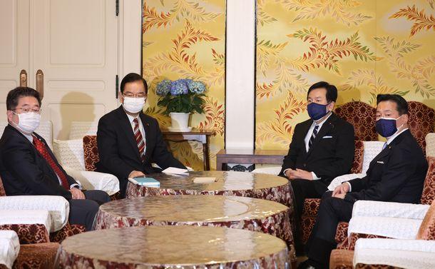 写真・図版 : 共産党の志位和夫委員長(左から2人目)との会談に臨む立憲民主党の枝野幸男代表(右から2人目)=2021年4月27日、国会内