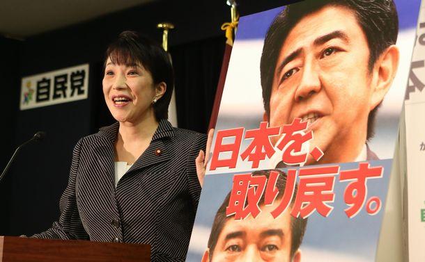 写真・図版 : 自民党の新しいポスターを発表する高市早苗広報本部長=2012年10月25日、東京・永田町の自民党本部