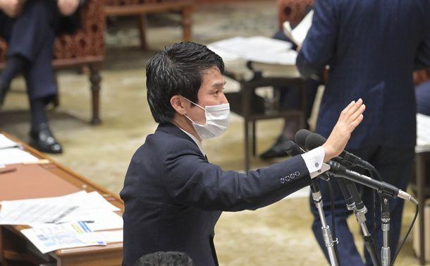 写真・図版 : 衆院予算委で質問する立憲民主党の小川淳也氏=2021年1月25日