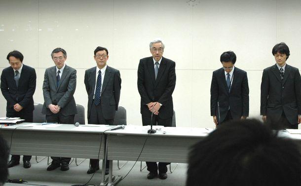 記者会見に臨む東京電力の武藤栄副社長(当時、左から4人目)ら=2011年3月14日午後8時39分、東京・内幸町