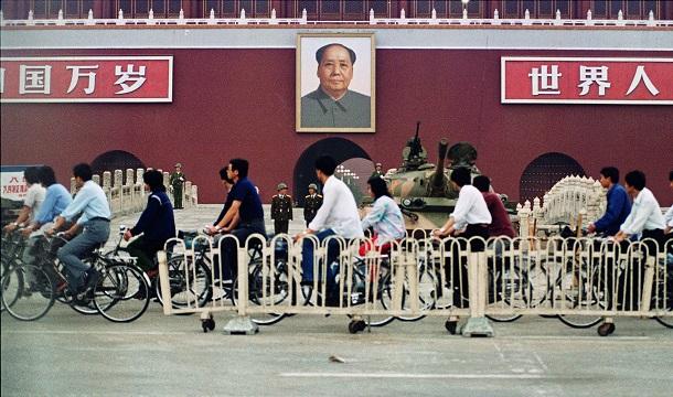1989年6月 天安門事件 周辺の通行規制解除   写真説明 戒厳令の続く北京市で閉鎖されていた天安門広場周辺の通行が解禁され、自転車で通勤ラッシュが戻った