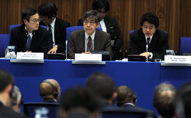 写真・図版 : 国際原子力機関(IAEA)の会合に臨む阿部清治(中央)。随行の東京電力・矢作公利(やはぎ きみとし)(左)とともに、日本政府代表の保安院審議官・中村幸一郎(右)を補佐した=2011年4月4日、オーストリアのウィーン、IAEA事務局Dean Calma撮影
