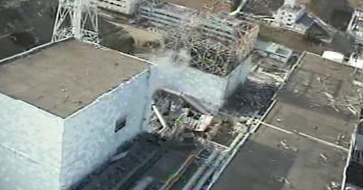 写真・図版 : 福島第一原発2号機(左手前)=2011年4月10日撮影、翌11日に同社が記者団に提供