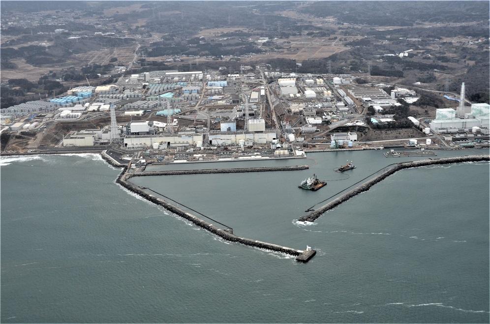 写真・図版 : 福島第一原発の東側の前面にある専用港とその防波堤=2015年3月3日午後3時42分、朝日新聞社ヘリ「はやどり」から奥山俊宏撮影