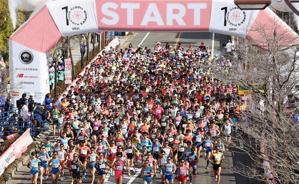 写真・図版 : 名古屋ウィメンズマラソンで、一斉にスタートする選手たち=2021年3月14日、名古屋市東区