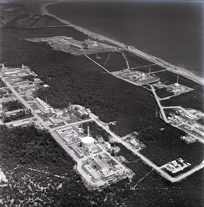 写真・図版 : 日本原子力研究所東海研究所=1969年8月19日、茨城県那珂郡東海村村松の上空で朝日新聞社機から