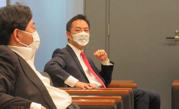 写真・図版 : 林芳正さん(左)と村井英樹さん=2021年6月1日、衆院第一議員会館
