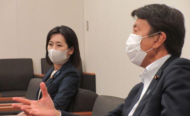 写真・図版 : 齋藤健さん(右)と松川るいさん=2021年6月1日、衆院第一議員会館