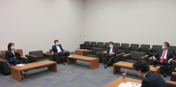 写真・図版 : 座談会で語る(左から)松川るいさん、齋藤健さん、林芳正さん、村井英樹さん=2021年6月1日、衆院第一議員会館