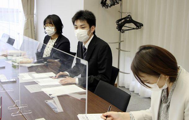 写真・図版 : 提訴後、会見を開く秋山竜一さん(中央)=2020年11月2日、千葉市中央区